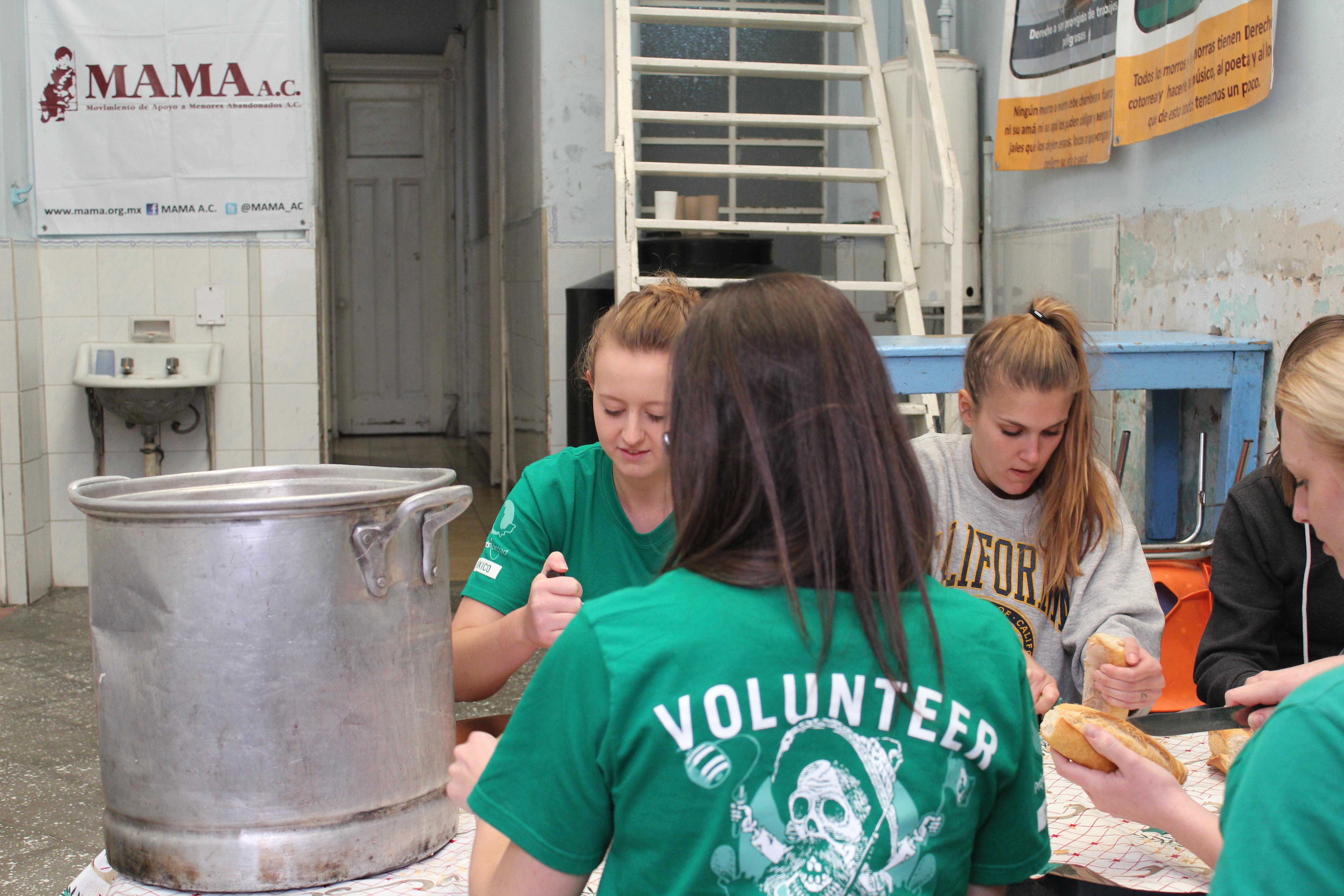 Pasantes preparando comida durante su pasantía de Desarrollo Internacional en el extranjero.